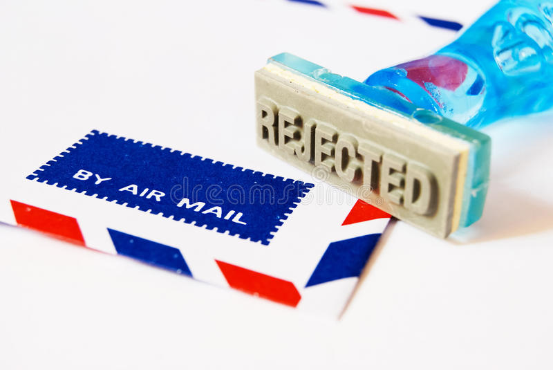 De zegel van de weigering op de envelop van de luchtpost stock foto's