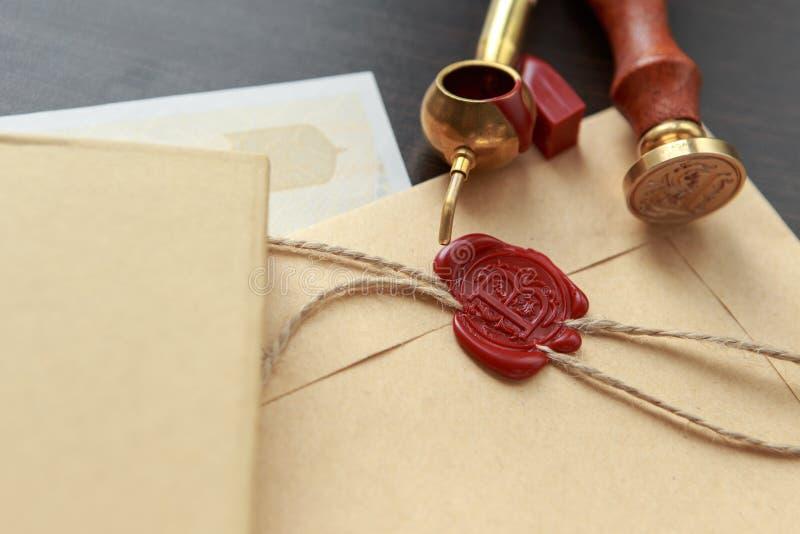 De zegel van de notariswas - verbinding op notarieel bekrachtigd document royalty-vrije stock afbeelding