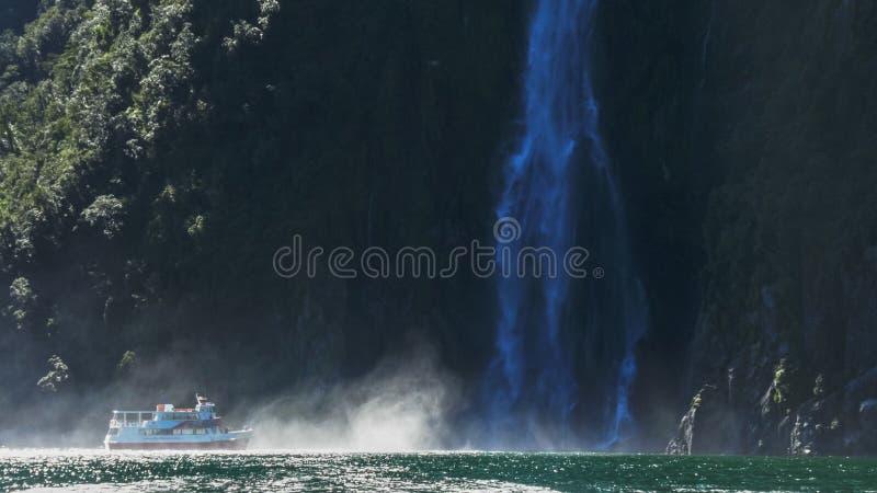 De zeilen van een cruiseboot in de nevel bij de basis van het stirling valt in milfordgeluid stock fotografie