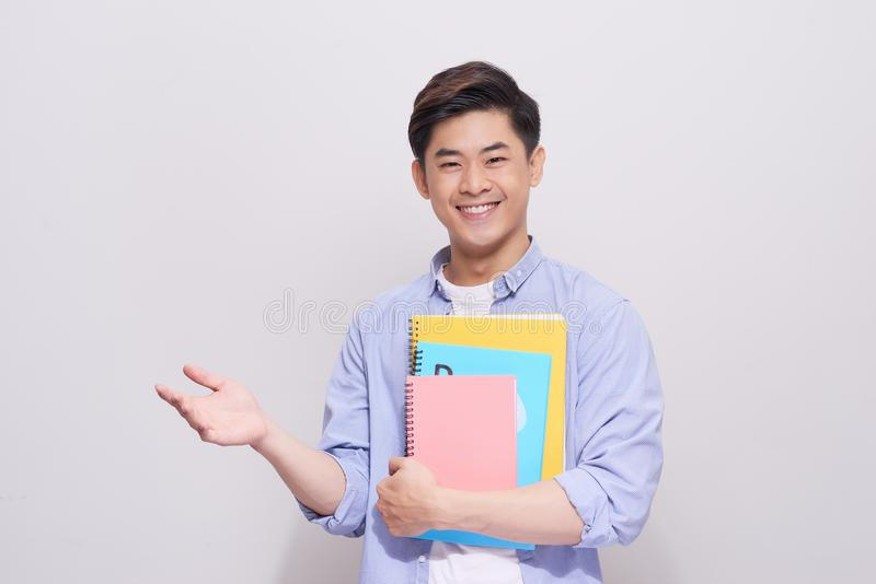 De zekere Aziatische knappe studentenholding boekt gebaarhand royalty-vrije stock afbeeldingen