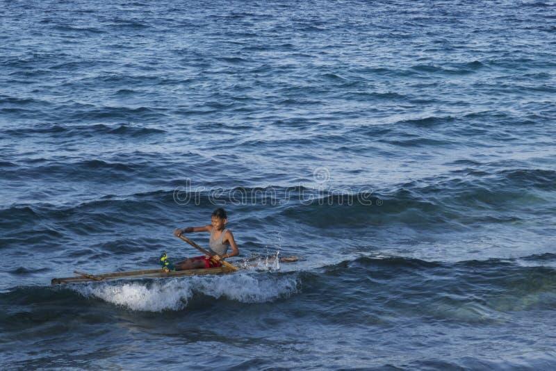 De zekere Filipijnse kindkapitein op zijn huis maakte vlot in Leyte, Filippijnen, Tropisch Azië stock afbeeldingen