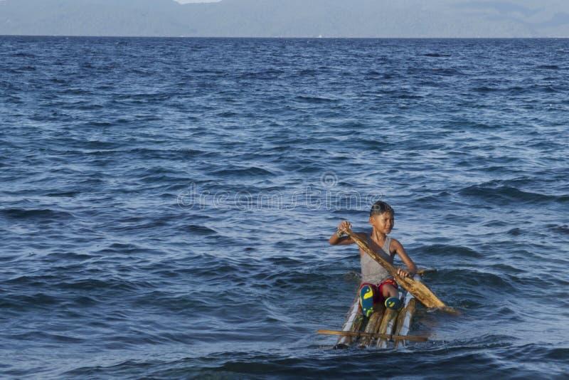De zekere Filipijnse kindkapitein op zijn huis maakte vlot in Leyte, Filippijnen, Tropisch Azië royalty-vrije stock afbeelding