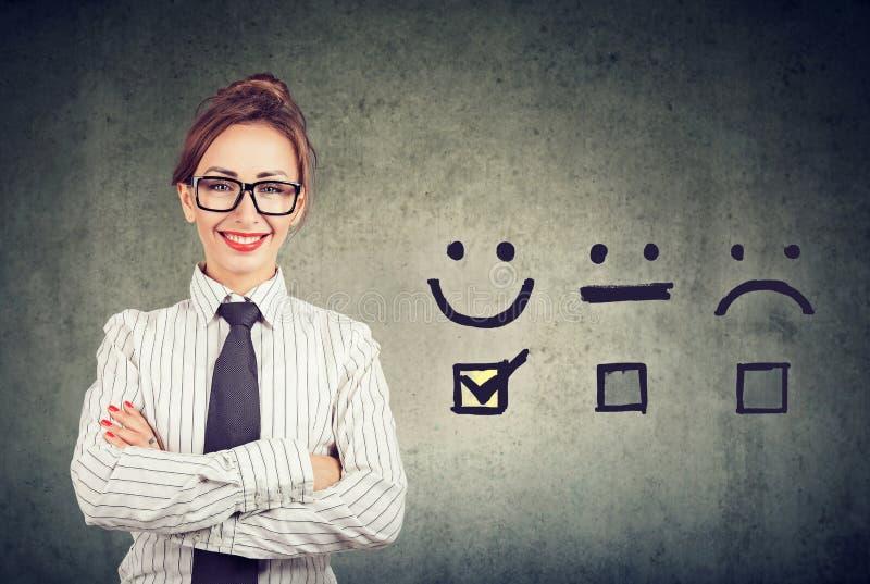 De zekere gelukkige bedrijfsvrouw ontving uitstekende rating voor een tevredenheidsonderzoek stock afbeeldingen