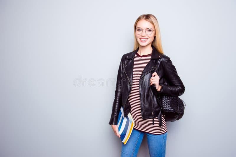 De zekere glimlachende modieuze tiener kleedde zich in leerjasje stock fotografie