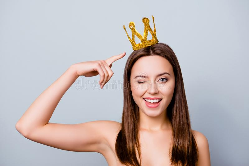 De zekere leuke mooie jonge vrouw met een kroon op haar hoofd is stock afbeeldingen