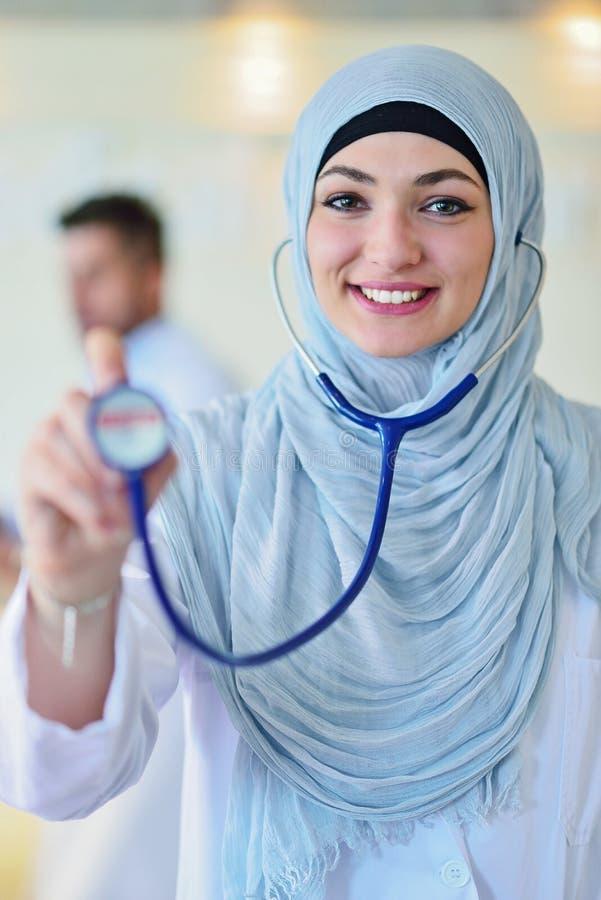 De zekere Moslimarts met hijab of de medische student stelt bij het ziekenhuis royalty-vrije stock foto