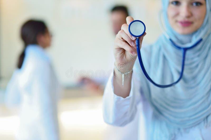 De zekere Moslimarts met hijab of de medische student stelt bij het ziekenhuis stock afbeeldingen