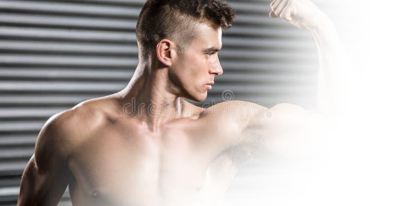 De zekere shirtless spieren van de mensenverbuiging royalty-vrije stock foto's