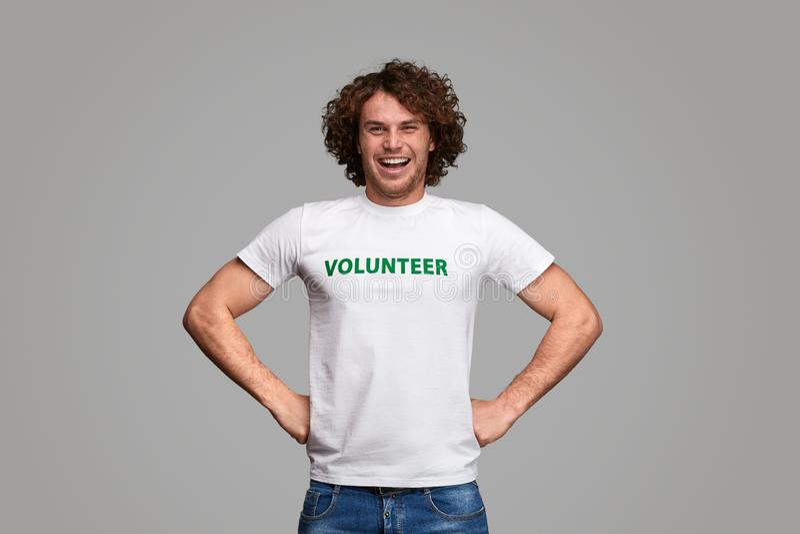 De zekere vrijwilliger in held stelt stock afbeeldingen