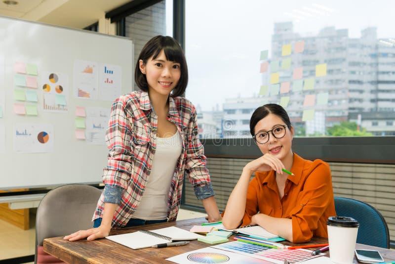 De zekere vrouwelijke vergadering van het ontwerperteam in bureau stock foto