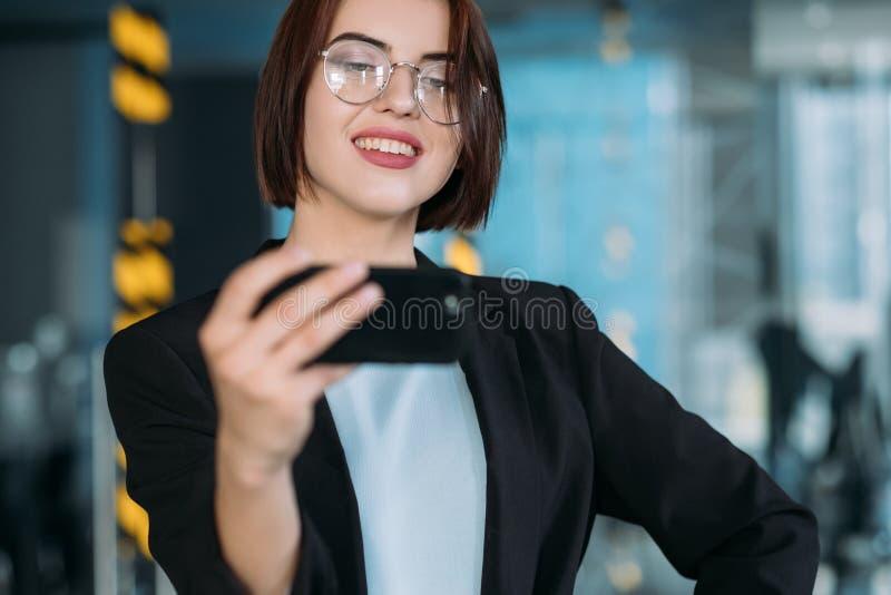 De zekere werkruimte van het bedrijfsdamebureau selfie royalty-vrije stock afbeelding