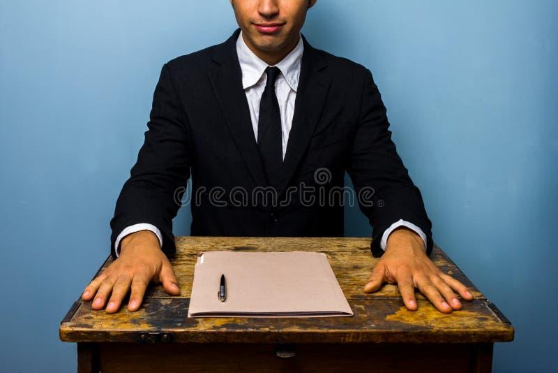 De zekere zakenman heeft net een overeenkomst gesloten stock fotografie