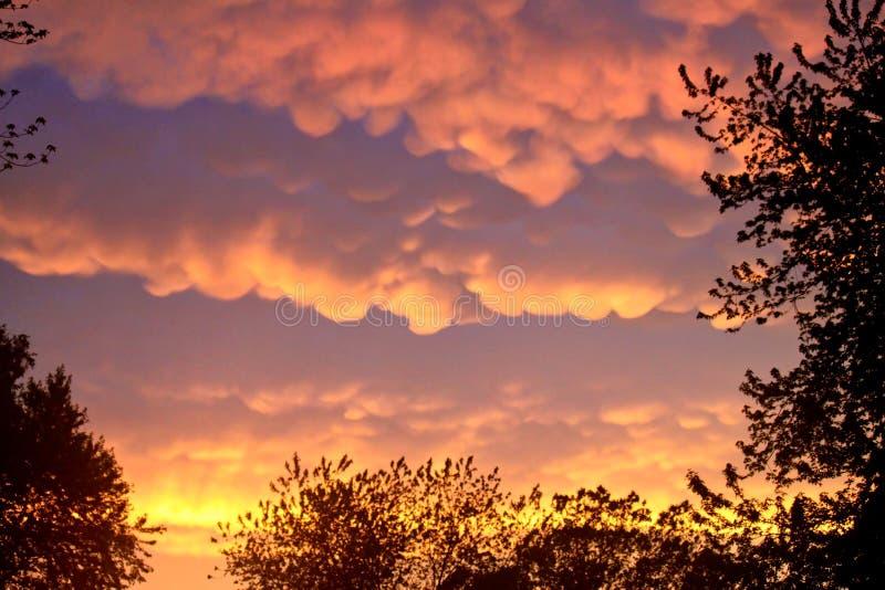 De zeldzame Mammatus-Wolken wijzen op briljante sinaasappel na een Onweer in het Midwesten tijdens de Zomer royalty-vrije stock afbeelding