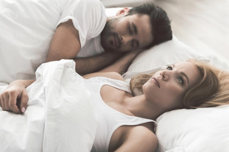 De zenuwachtige jonge vrouw probeert aan slaap royalty-vrije stock foto