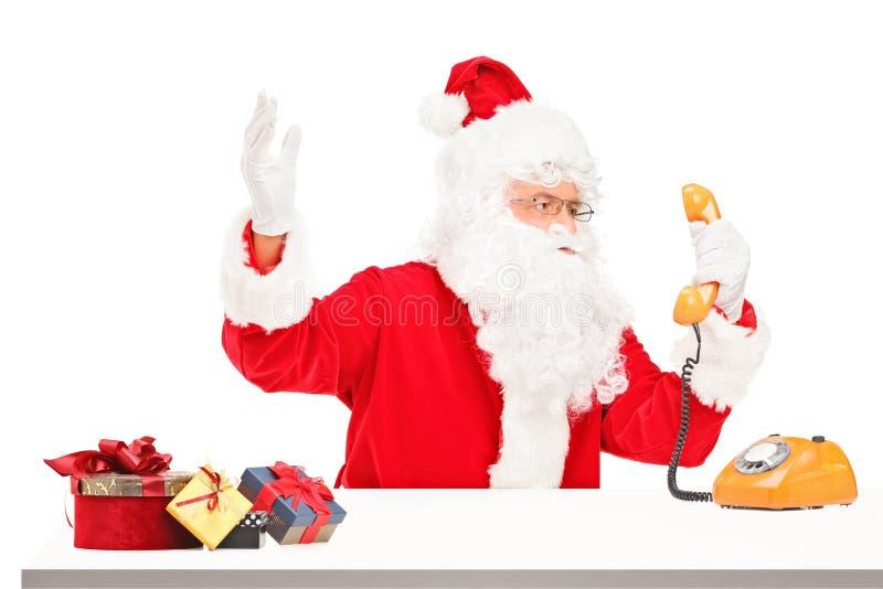 De Zenuwachtige Kerstman Die Op Een Telefoon Gilt Stock Foto's