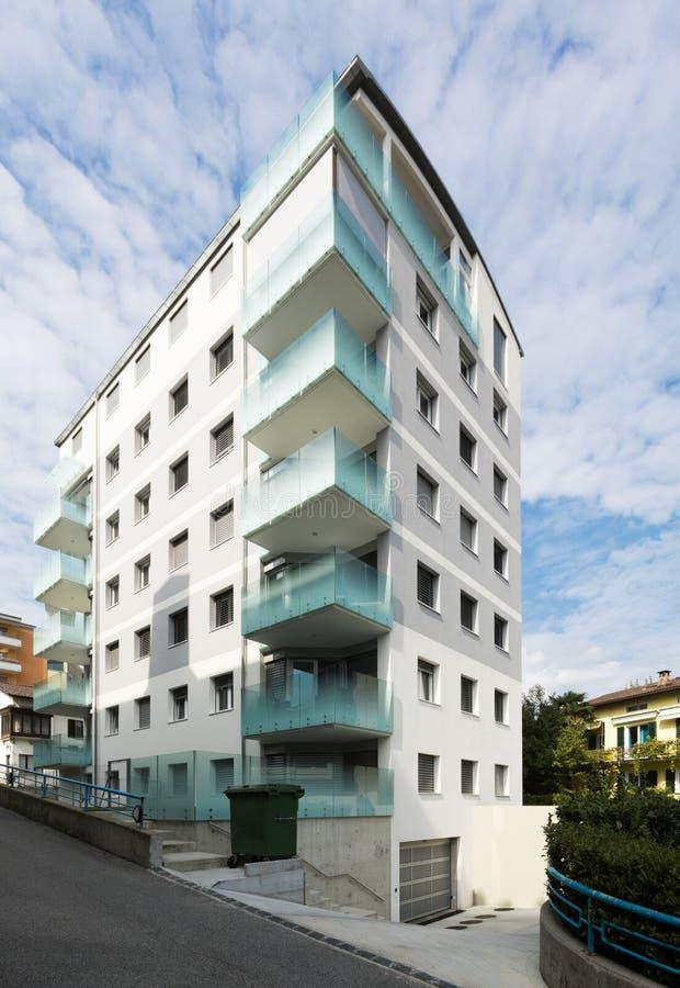 De zes vloer moderne bouw, buitenkanten royalty-vrije stock afbeelding