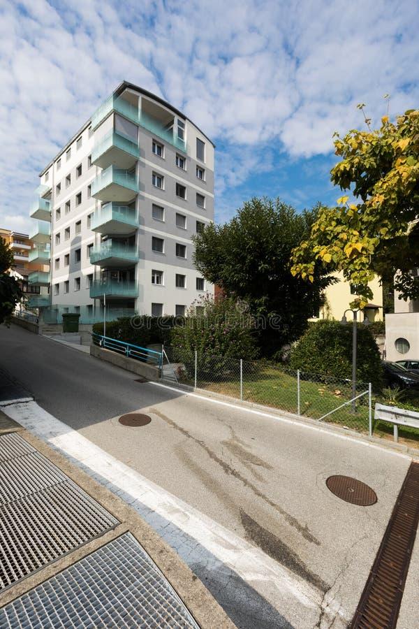 De zes vloer moderne bouw, buitenkanten stock afbeelding