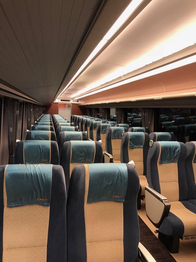 De zetels in de Shinkansen-lijn Shinkansen die nieuwe trunkline betekenen, maar informeel gekend in het Engels als ultrasnelle tr royalty-vrije stock afbeeldingen