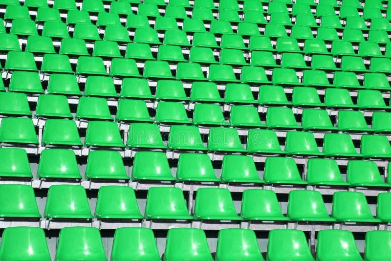 De zetels van Greem in een Trefpunt van Sporten zonder mensen stock foto's