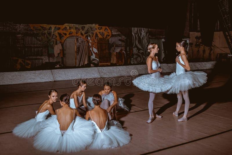 De zeven ballerina's achter de schermen van theater stock fotografie