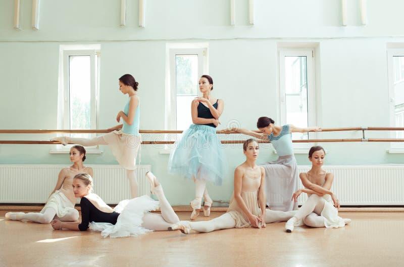 De zeven ballerina's bij balletbar stock fotografie
