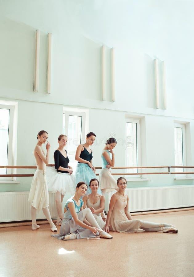 De zeven ballerina's bij balletbar royalty-vrije stock foto