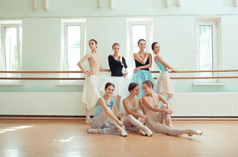 De zeven ballerina's bij balletbar royalty-vrije stock foto's