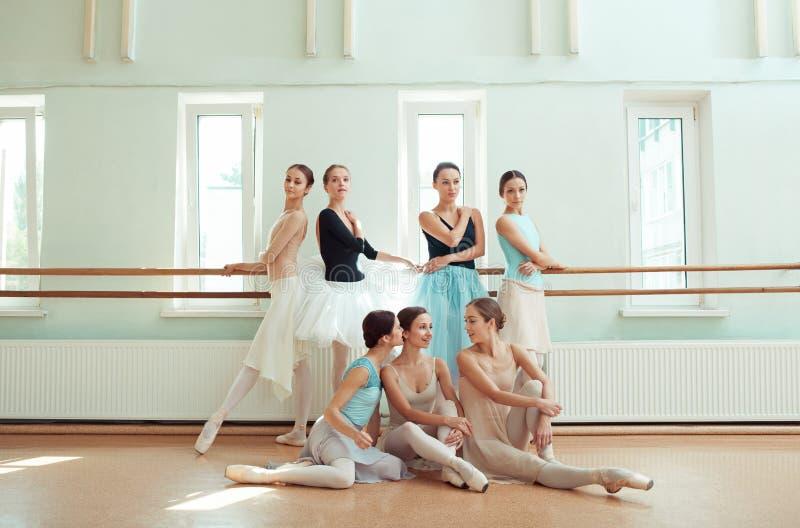 De zeven ballerina's bij balletbar stock foto's