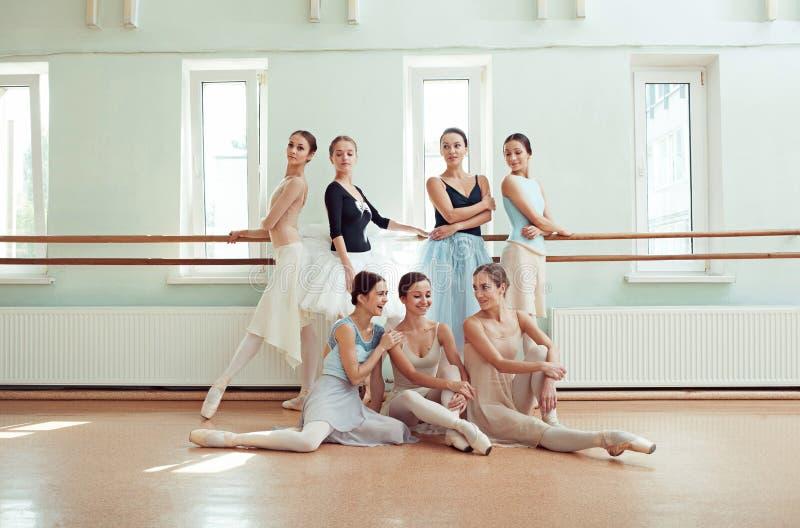 De zeven ballerina's bij balletbar stock foto