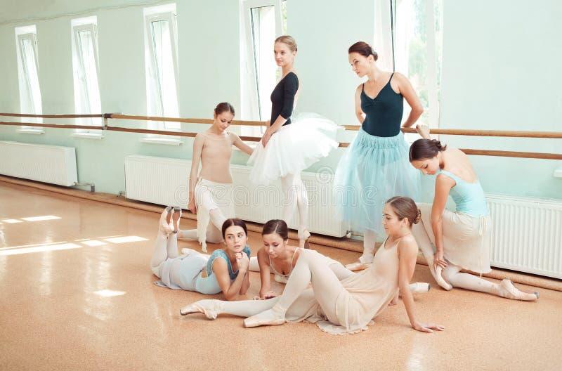 De zeven ballerina's bij balletbar royalty-vrije stock fotografie