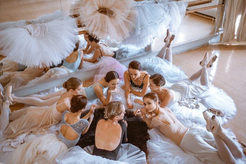 De zeven ballerina's tegen balletbar stock afbeeldingen
