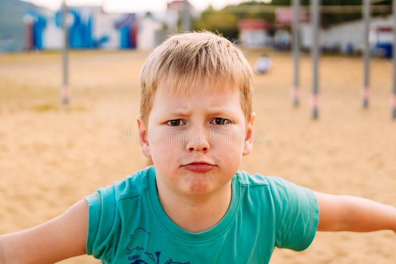 De zeven-jaar-oude jongen sluit gezicht stock afbeeldingen