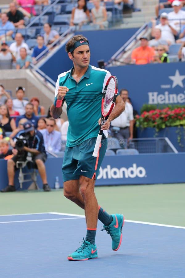De zeventien keer Grote Slagkampioen Roger Federer van Zwitserland viert overwinning na eerste rond US Open 2015 stock afbeelding