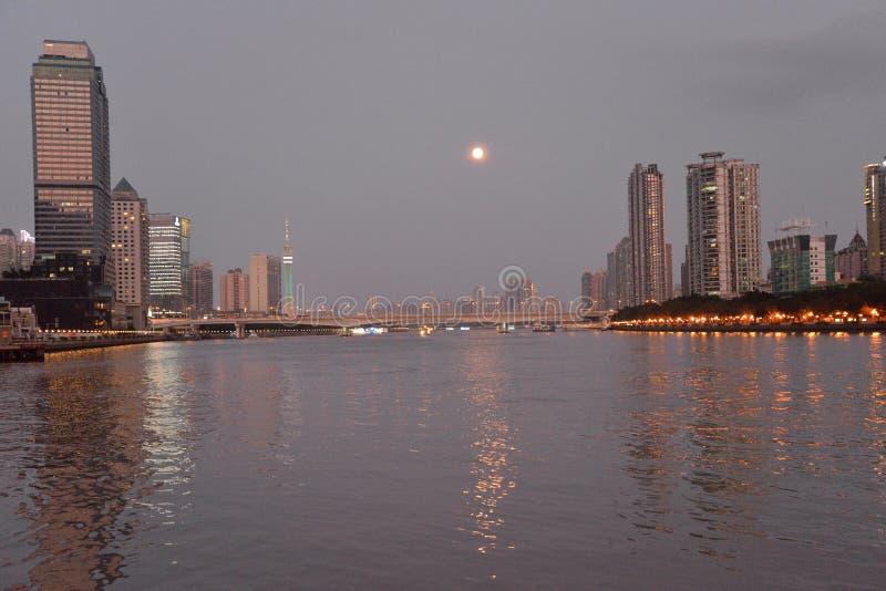 De Zhujiang-rivier in Guangzhou, China Volle maan royalty-vrije stock afbeeldingen