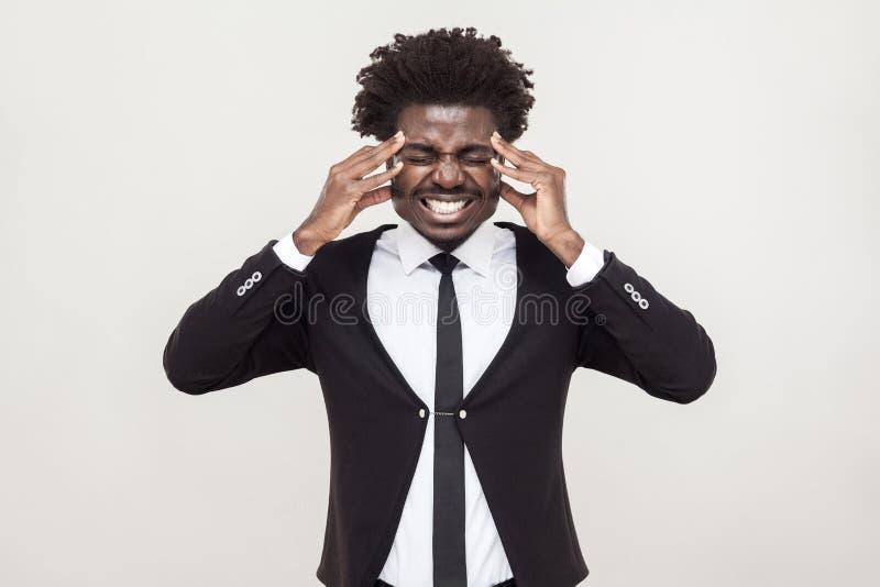 De zieke afromens heeft een hoofdpijn en een migreine stock fotografie