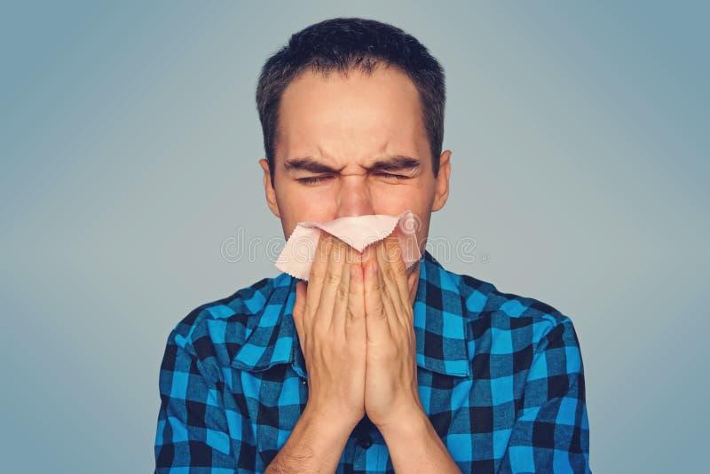 De zieke geïsoleerde mens heeft lopende neus stock foto's