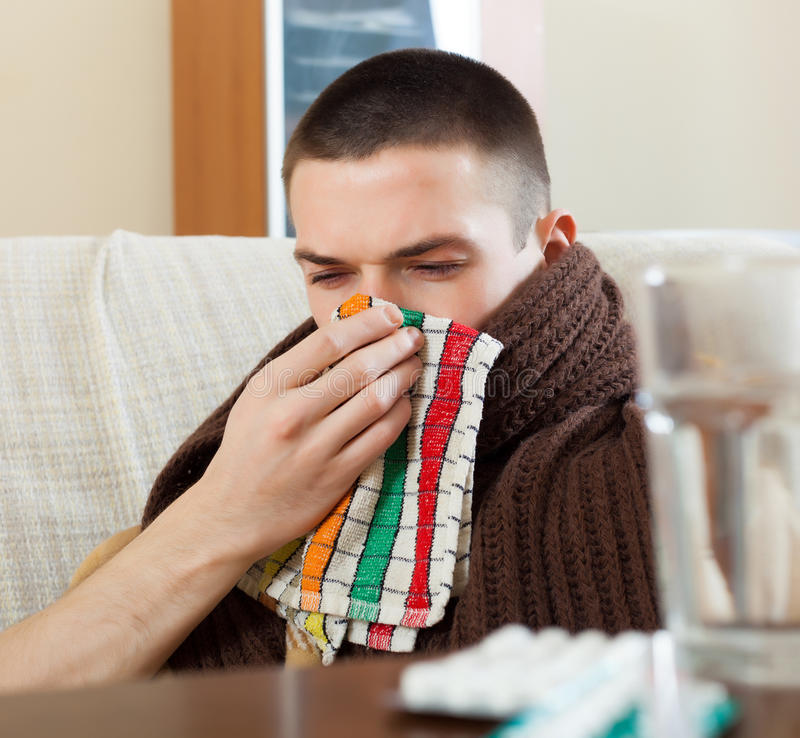 De zieke mens in plaid gebruikt zakdoek royalty-vrije stock fotografie