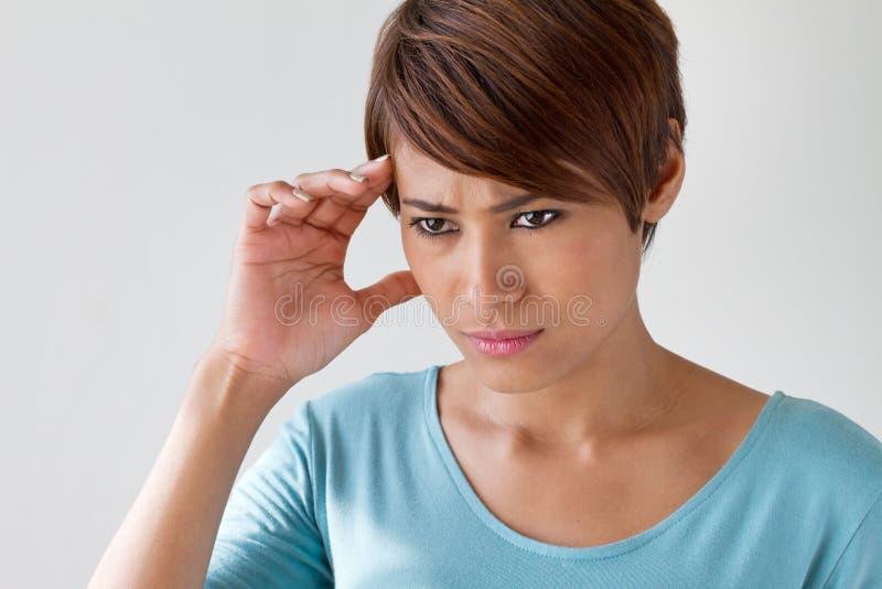 De zieke vrouw met pijn, hoofdpijn, migraine, spanning, slapeloosheid, hangt royalty-vrije stock afbeelding