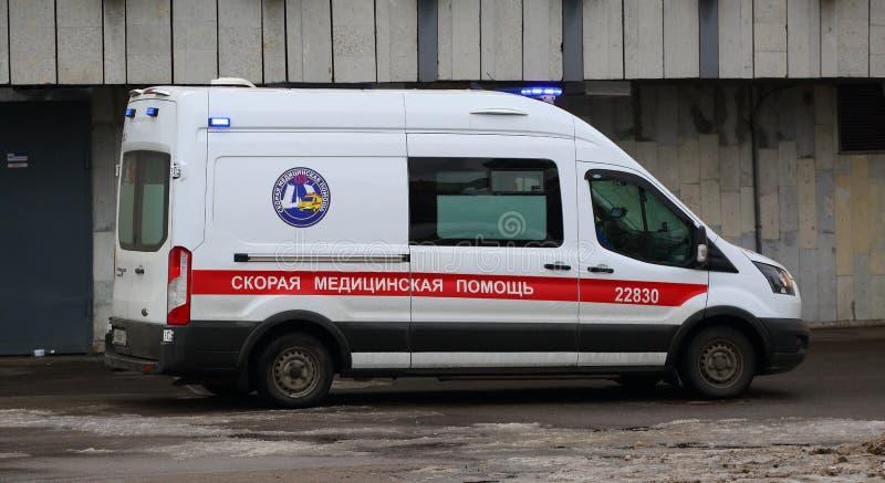 De ziekenwagen bij de metro post stock foto's