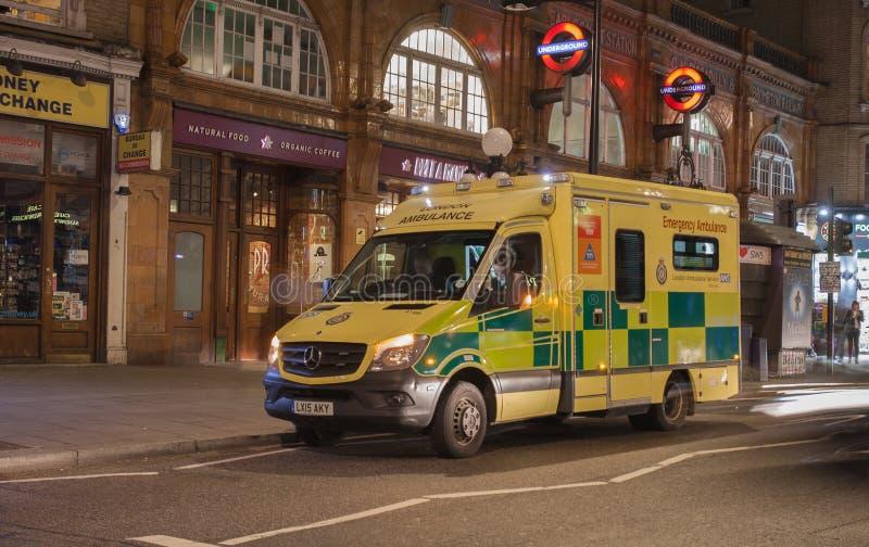 De ziekenwagen die van Londen zich door de buispost bevinden stock fotografie