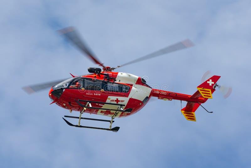 De Ziekenwagen eurocopter-Kawasaki EG-145 helikopter hb-ZRD van REGA Swiss Air stock afbeelding