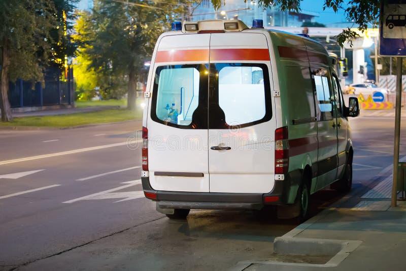De ziekenwagen gaat op nachtstad royalty-vrije stock foto