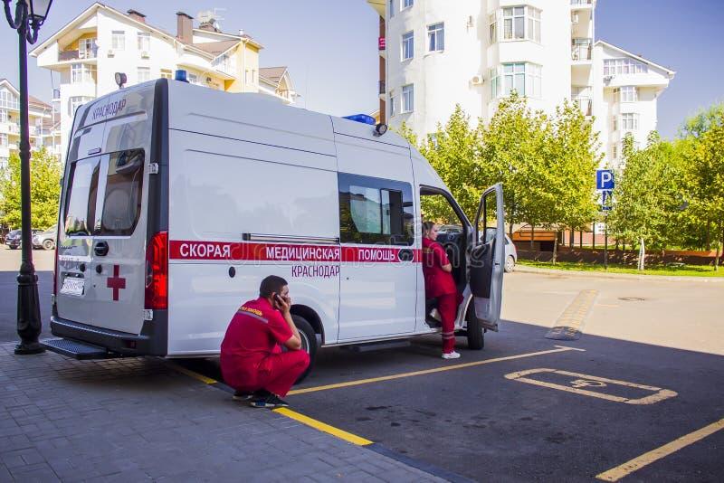 De ziekenwagen is in het Parkeerterrein die op de patiënt wachten royalty-vrije stock afbeelding