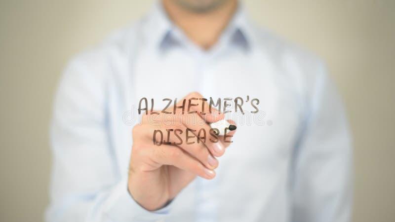 De Ziekte van Alzheimer, Mens die op het transparante scherm schrijven stock afbeelding