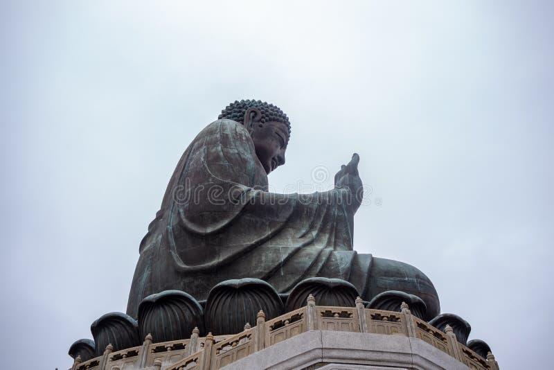 De zijbodemmening van Tian looit grote Boedha op heldere hemelachtergrond stock foto's