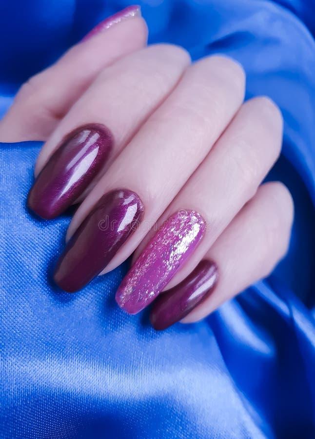 De zijdeachtergrond van de hand lange manicure, de stoffensalon van de manierstijl royalty-vrije stock fotografie