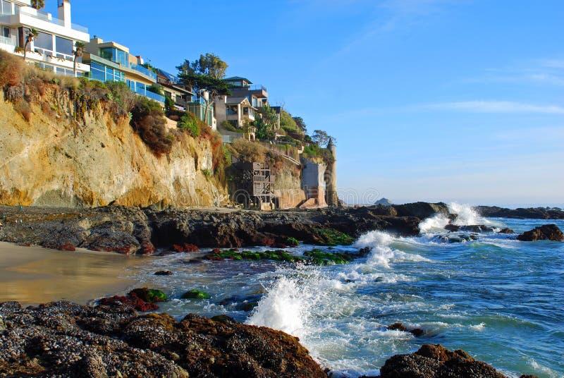 De zijhuizen van Victoria Beach Tower en van de klip in Zuidenlaguna beach, Californië. stock foto
