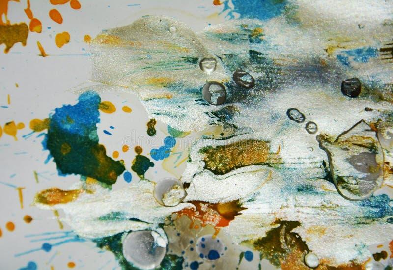 De zilverachtige witte wasachtige plonsen van de pastelkleur grijze oranje donkere waterverf, vatten creatieve achtergrond samen stock fotografie