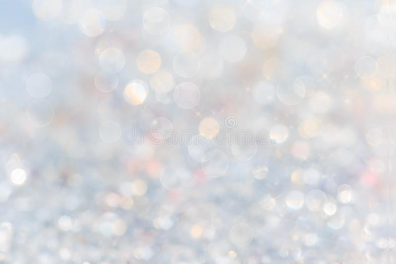 De zilveren en witte bokehlichten defocused abstracte achtergrond Witte onduidelijk beeld abstracte achtergrond royalty-vrije stock foto