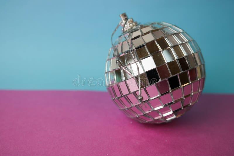 De zilveren van de de discobal van de spiegel muzikale club bal van Kerstmis feestelijke Kerstmis, gepleisterd Kerstmisstuk speel stock afbeeldingen